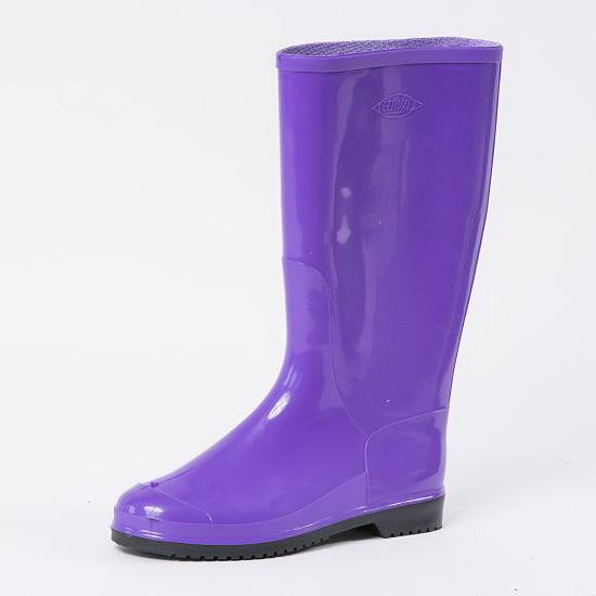 Красивые женские сапоги ПВХ фиолетового цвета